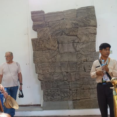 Reiseleiter vor historisch bedeutsamen Exponat