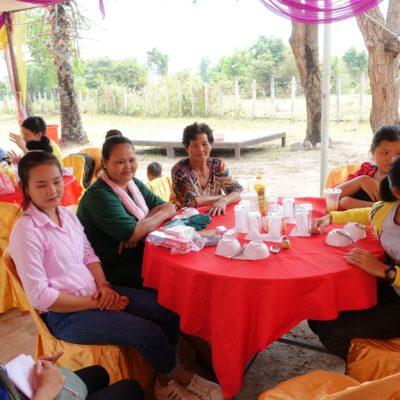 Tisch v.l.n.r.: Übersetzerin, Kimsean, Mutter, Oma, Schwester, Schwester